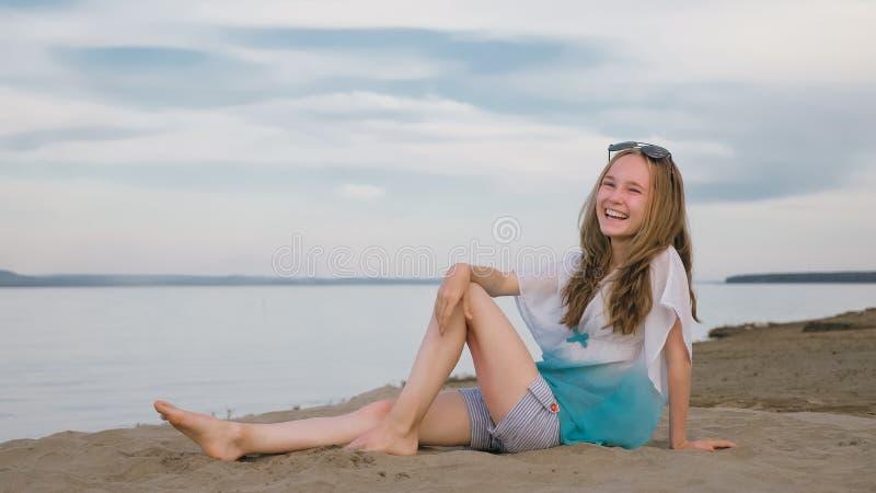 Eine schöne Jugendliche mit dem braunen Haar draußen an einem schönen Sommertag stockbild