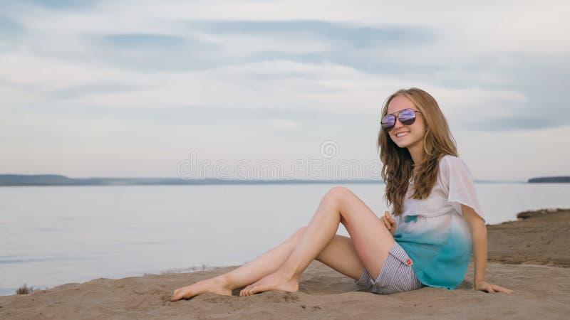 Eine schöne Jugendliche mit dem braunen Haar draußen an einem schönen Sommertag stockfotografie
