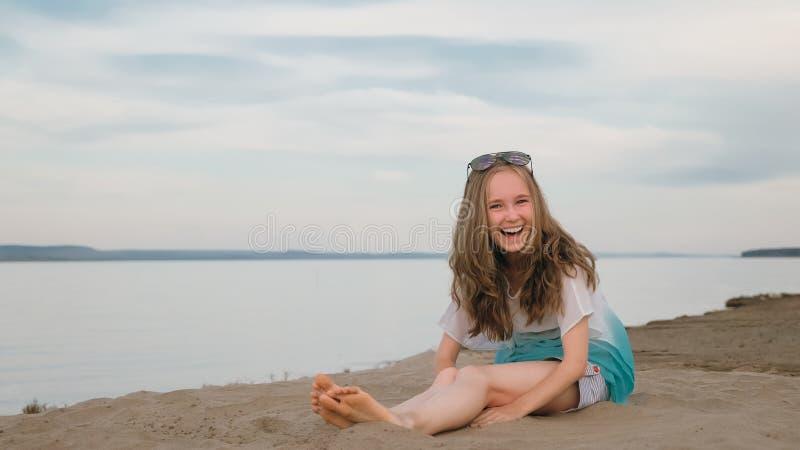 Eine schöne Jugendliche mit dem braunen Haar draußen an einem schönen Sommertag stockbilder