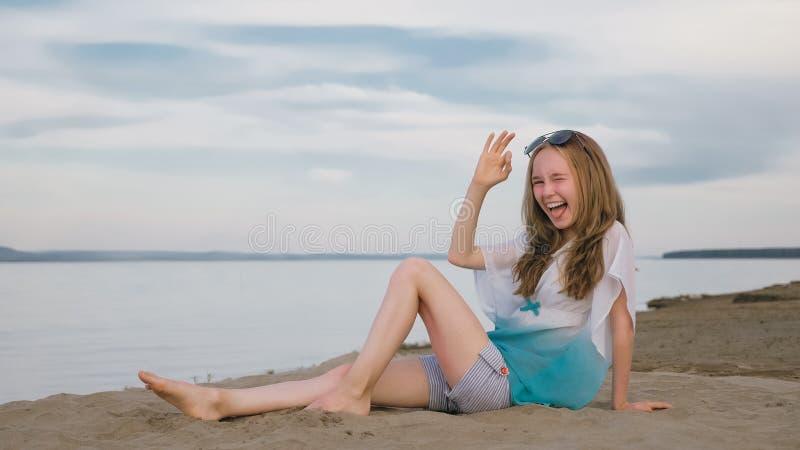 Eine schöne Jugendliche mit dem braunen Haar draußen an einem schönen Sommertag lizenzfreie stockbilder