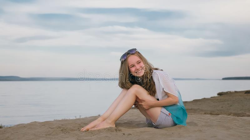 Eine schöne Jugendliche mit dem braunen Haar draußen an einem schönen Sommertag stockfoto