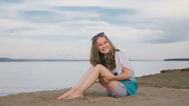 Eine schöne Jugendliche mit dem braunen Haar draußen an einem schönen Sommertag stockfotos