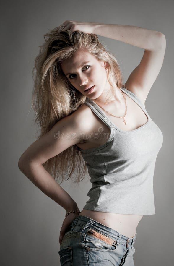 Eine schöne junge Frau lizenzfreie stockfotografie