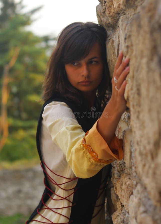 Eine schöne junge Frau mit dem langen dunklen Haar und a lizenzfreie stockbilder