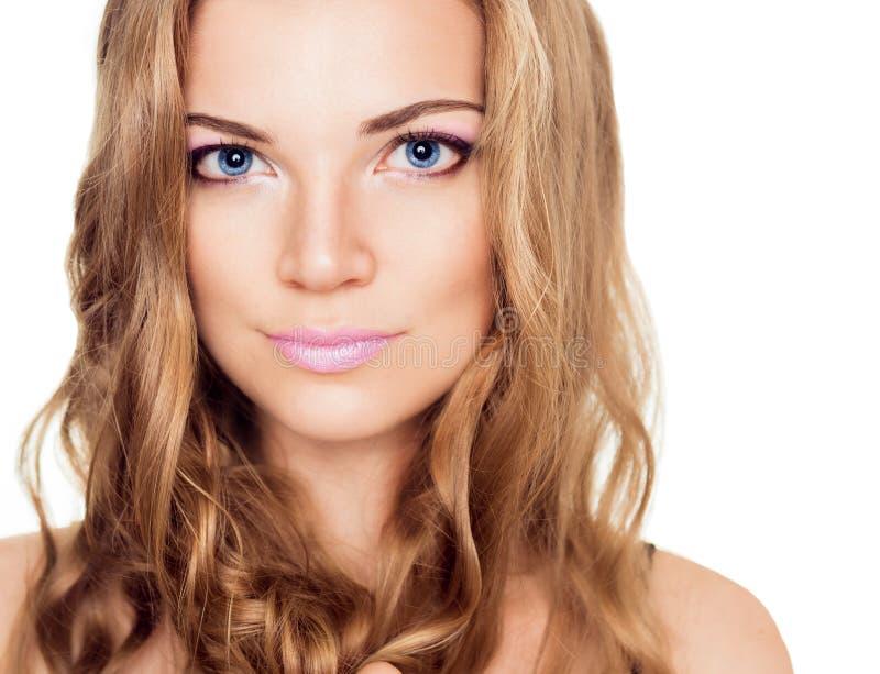Eine schöne junge Frau mit einem Rosa bilden und lange gelockte Haare stockbild
