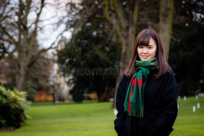 Eine schöne junge japanische Dame im Park stockfoto