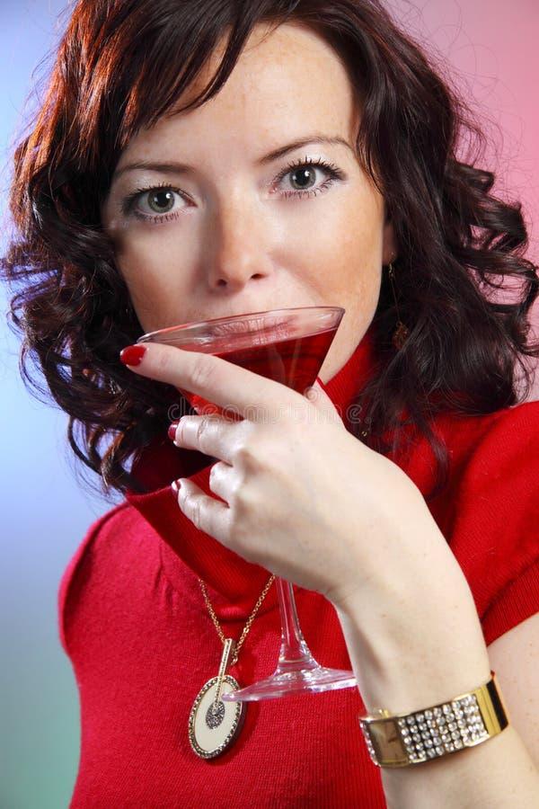 eine schöne junge reizvolle Frau mit Martini stockbilder