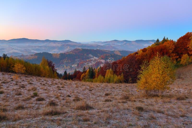 Eine schöne Landschaft mit Hochgebirge Unglaublicher Sonnenaufgang Standortplatz Karpaten Ukraine Europa Bunte Bl?tter im Wald stockbilder