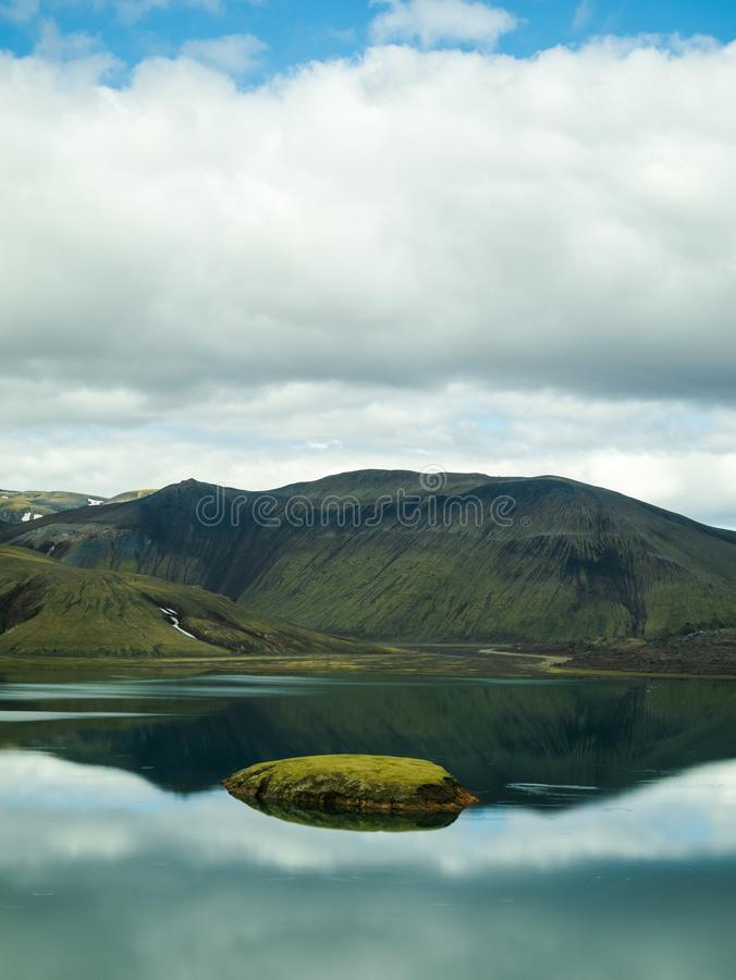 Eine schöne Landschaft von einem See bei Landmannalaugar, Island lizenzfreie stockbilder