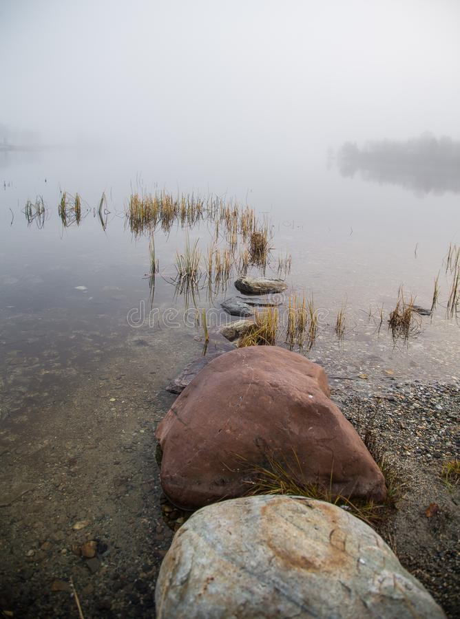 Eine schöne Morgenlandschaft am See in Norwegen Ruhige Herbstlandschaft Felsformation in einem Vordergrund lizenzfreie stockfotografie