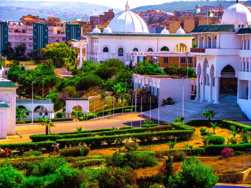 Eine schöne Moschee mit einem grünen Garten lizenzfreies stockfoto