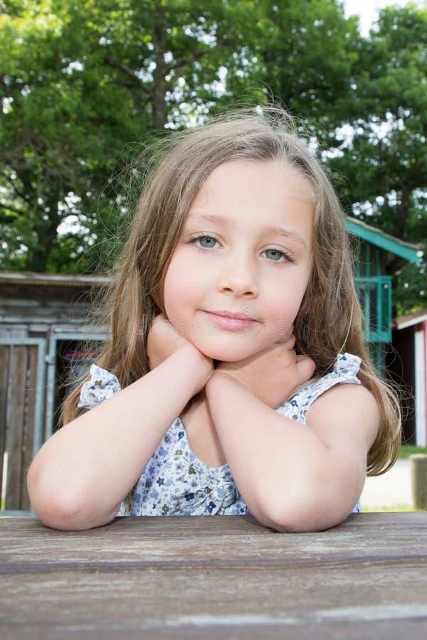eine schöne nette liitle Mädchennahaufnahme lizenzfreie stockfotografie