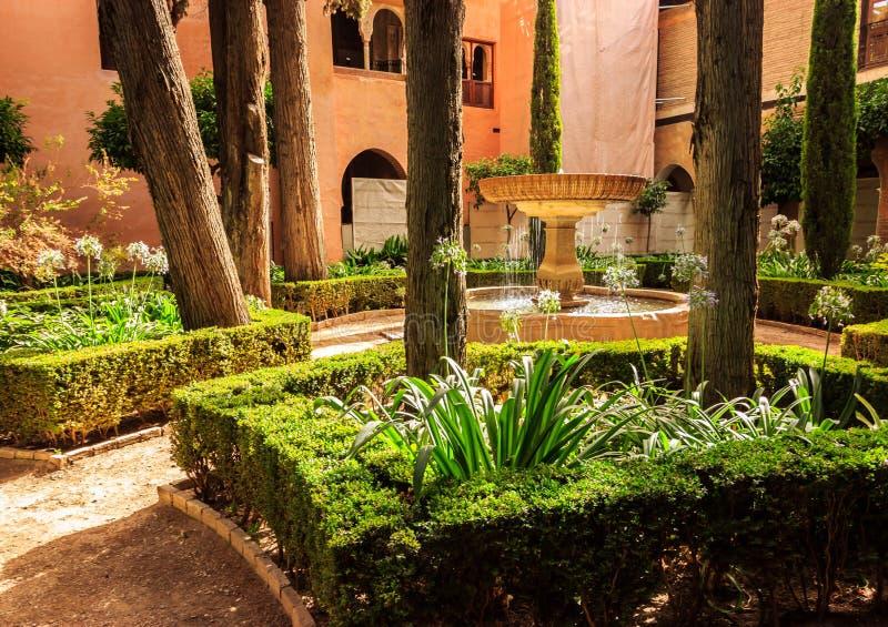 Eine schöne Sommertagesansicht eines funkelnden Brunnens im Hof von Alhambra Moorish Palace, Granada, Spanien lizenzfreie stockbilder