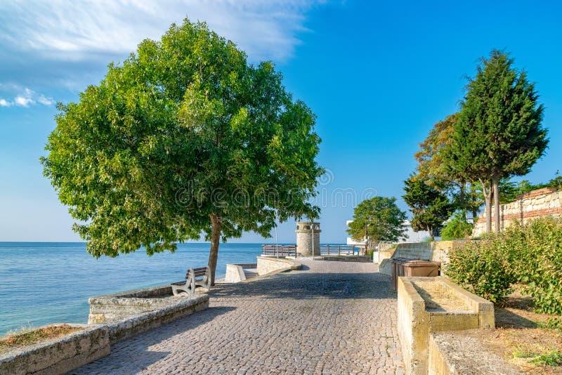 Eine schöne Straße in alter Stadt Nessebar auf der bulgarischen Schwarzmeerküste Nesebar oder Nesebr ist eine UNESCO-Welterbestät lizenzfreie stockbilder