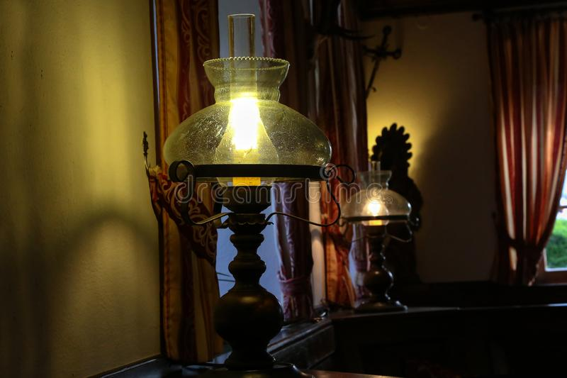 Eine schöne Tischlampe steht in einem Raum lizenzfreie stockfotografie