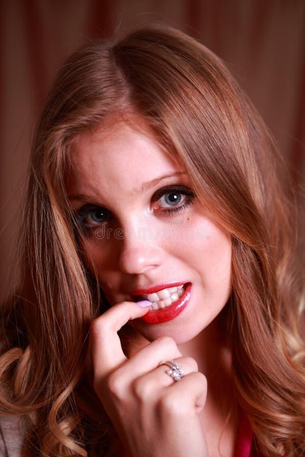 Eine schüchterne junge Dame lizenzfreie stockbilder