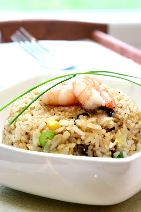 Eine Schüssel der Garnele, Pilz und Ei rühren gebratenen Reis lizenzfreie stockbilder