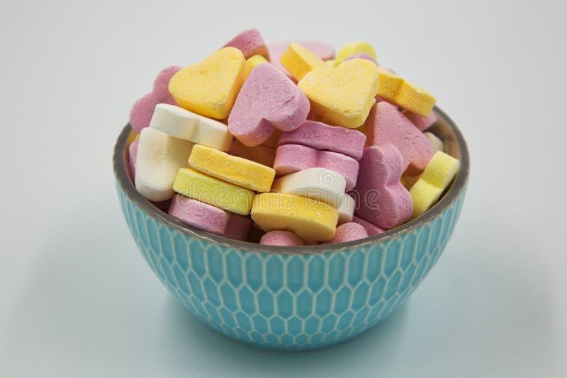 Eine Schüssel Süßigkeits-Herzen lizenzfreies stockfoto