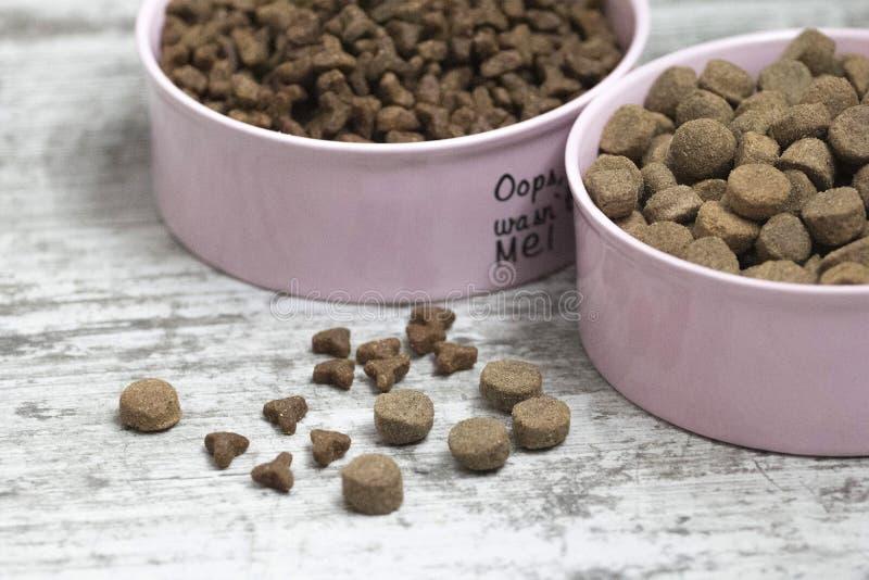 Eine Schüssel trockenes Lebensmittel für Katzen und Hunde stockbild