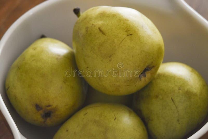 Eine Schüssel voll Birnen lizenzfreies stockbild