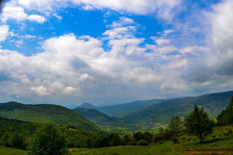 Eine sch?ne Ansicht der Natursch?nheit Eine Ansicht der Landschaften und ein Teil einer kleinen Bergstadt von oben lizenzfreie stockbilder