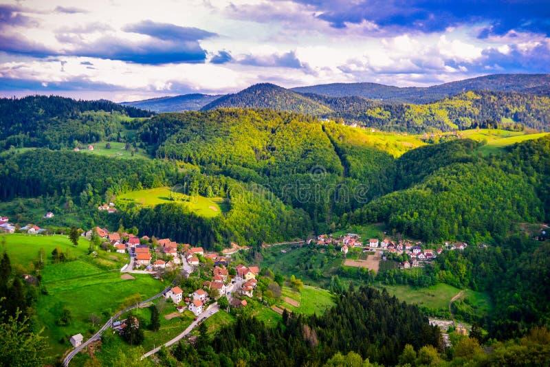 Eine sch?ne Ansicht der Natursch?nheit Eine Ansicht der Landschaften und ein Teil einer kleinen Bergstadt von oben lizenzfreies stockbild