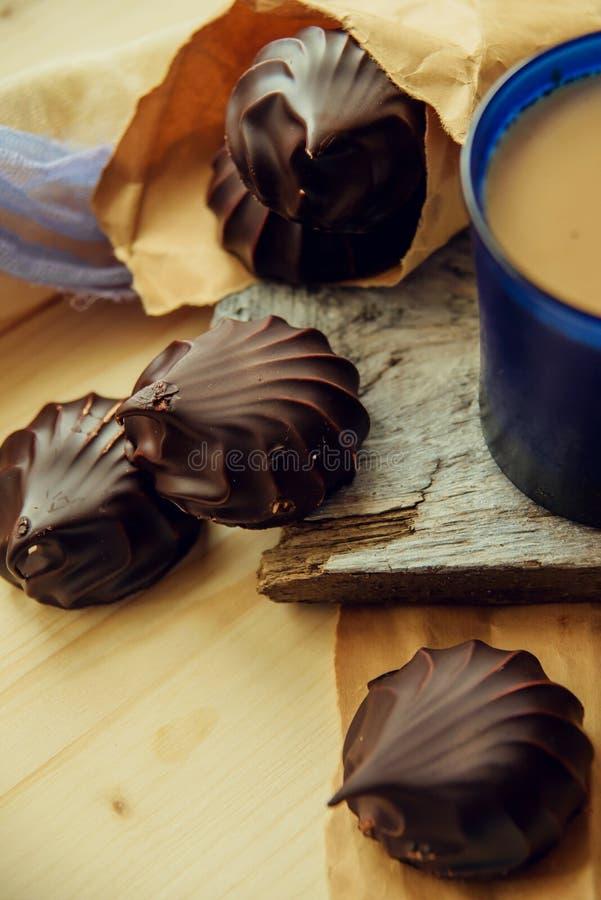 Eine Schale Café Latte mit Kaffeebohnen und Plätzchen lizenzfreie stockbilder