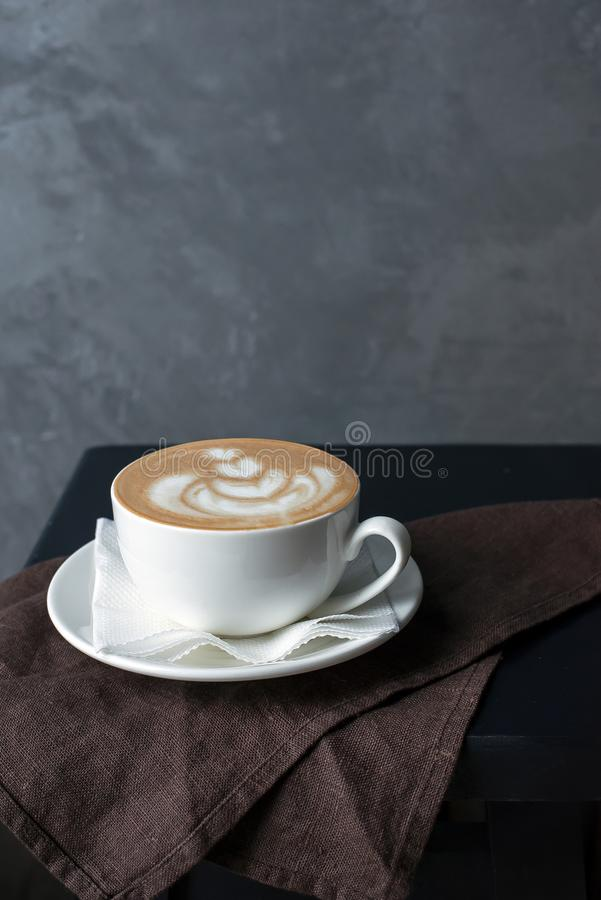 Eine Schale Cappuccino auf einer braunen Serviette stockbilder