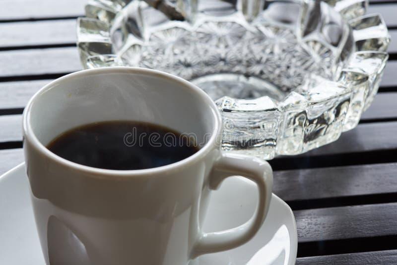 Eine Schale des hei?en Kaffee- und Zigarettenaschenbechers auf dem Tisch stockfoto