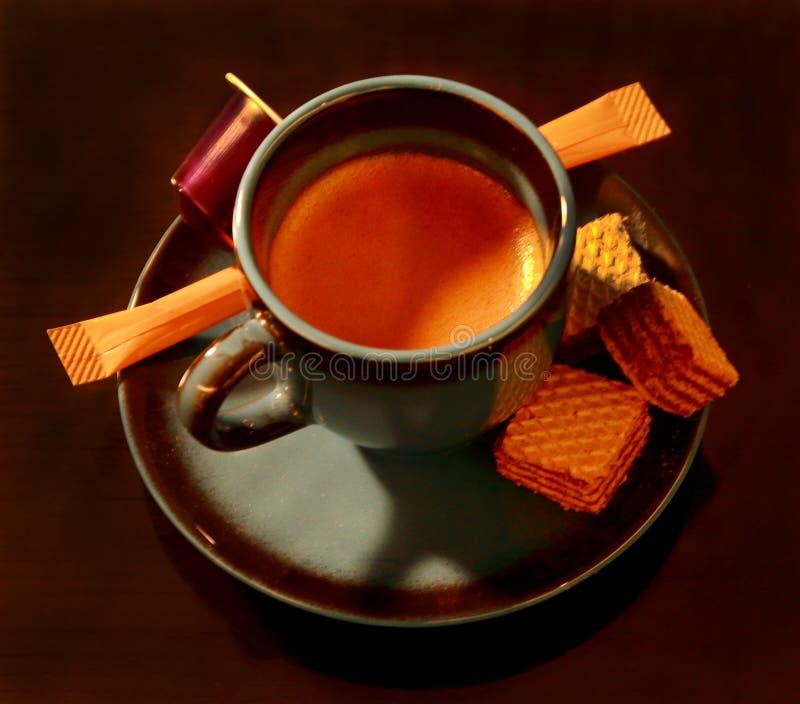 Eine Schale Espresso mit einigen Festlichkeiten stockbild