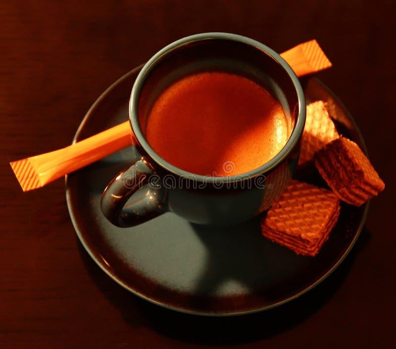 Eine Schale Espresso mit einigen Festlichkeiten stockfotografie