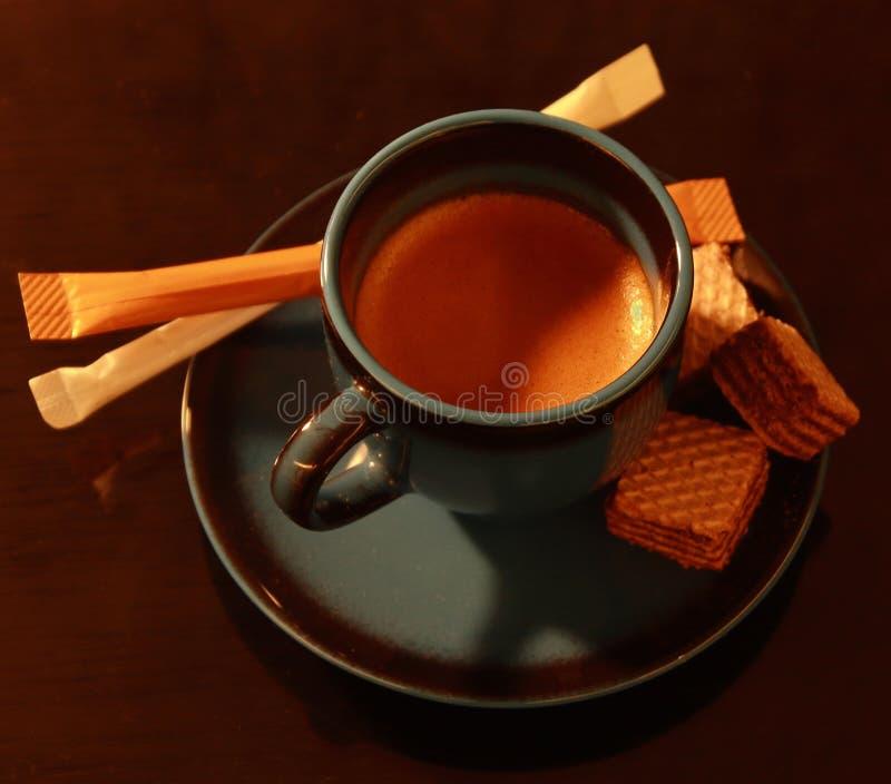 Eine Schale Espresso mit einigen Festlichkeiten lizenzfreies stockfoto