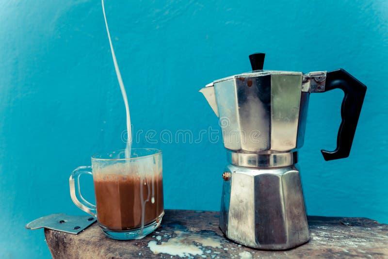 Eine Schale frisch gebrauter Kaffee stockbild