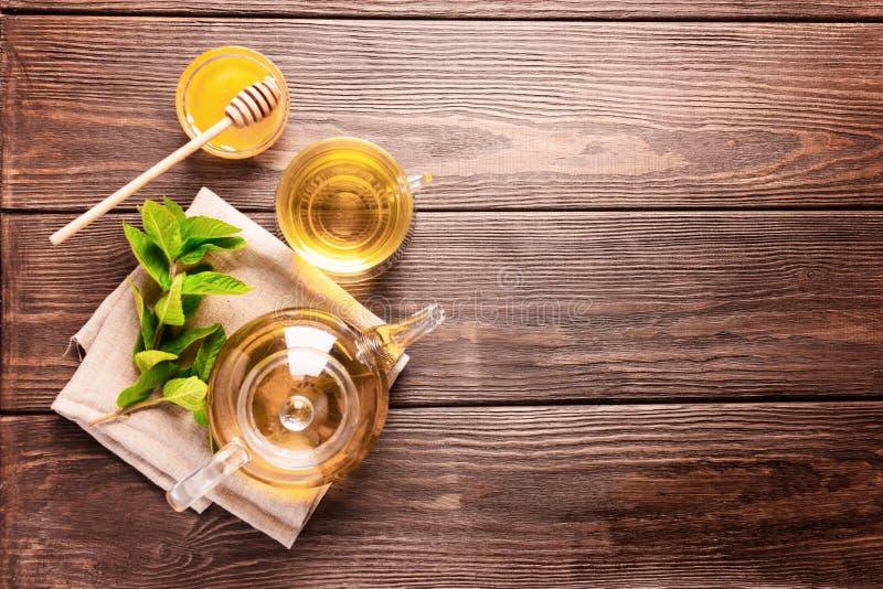 Eine Schale frischer heißer Tee mit Minze auf einem dunklen hölzernen Hintergrund Das Konzept des gesunden Essens Kopieren Sie Pl stockfotografie