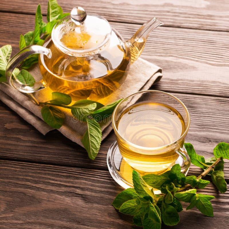 Eine Schale frischer heißer Tee mit Minze auf einem dunklen hölzernen Hintergrund Das Konzept des gesunden Essens Kopieren Sie Pl stockfoto