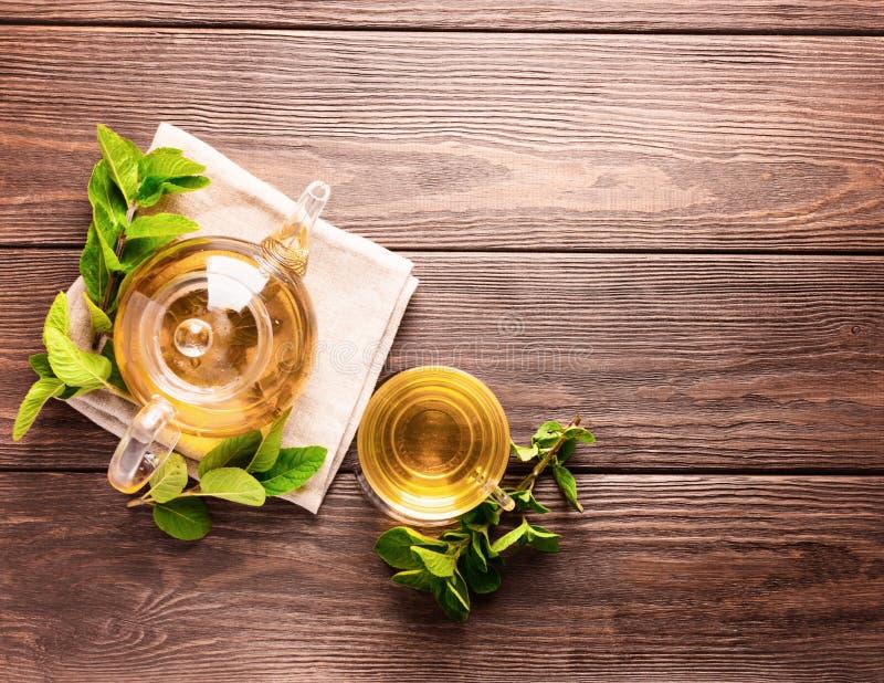Eine Schale frischer heißer Tee mit Minze auf einem dunklen hölzernen Hintergrund Das Konzept des gesunden Essens Kopieren Sie Pl stockfotos