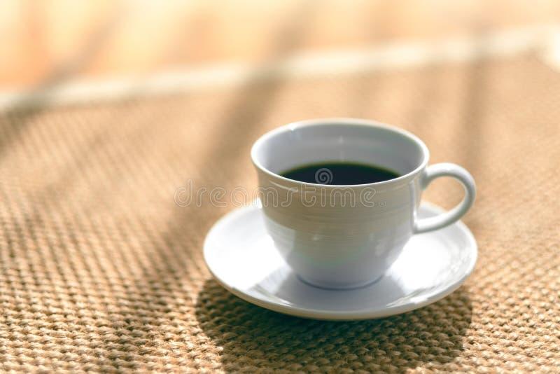 Eine Schale heißer Kaffee auf dem Teppichboden lizenzfreie stockfotografie