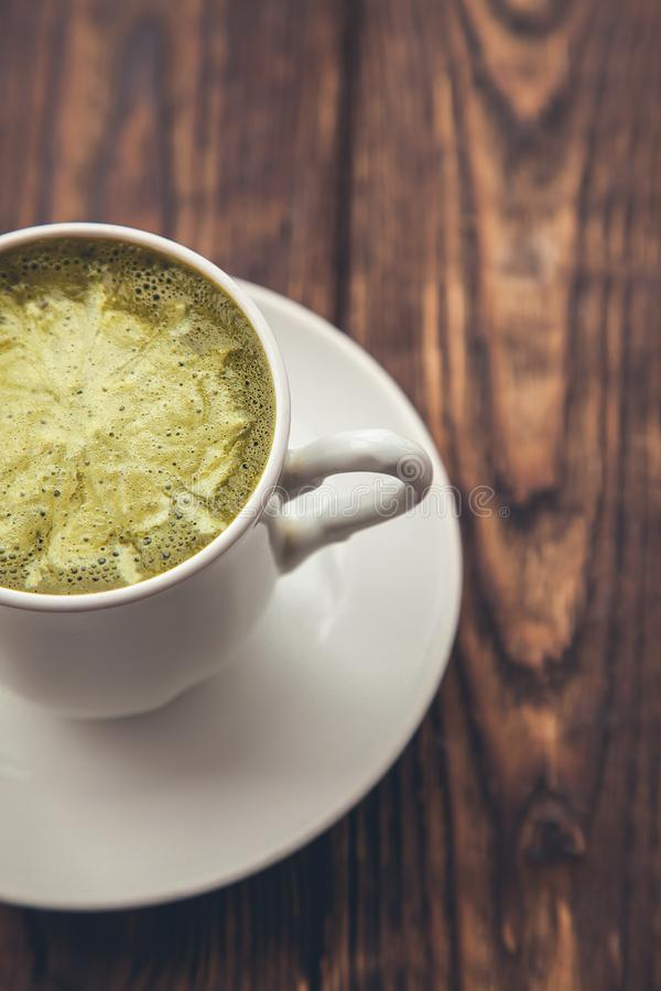 Eine Schale heißer matcha grüner Tee Latte, Abschluss oben auf hölzernem Hintergrund stockfotos