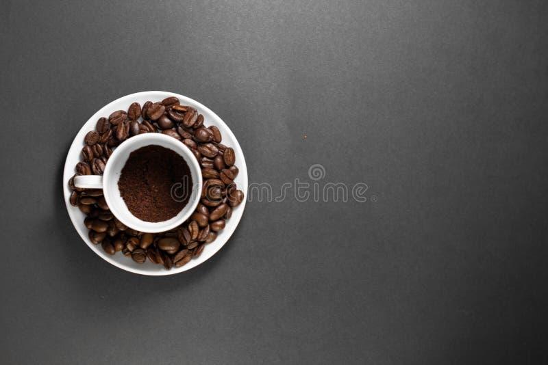 eine Schale mit frisch Grundröstkaffeebohnen mit Frucht von der Kaffeeanlage mit einer Platte stockfotografie