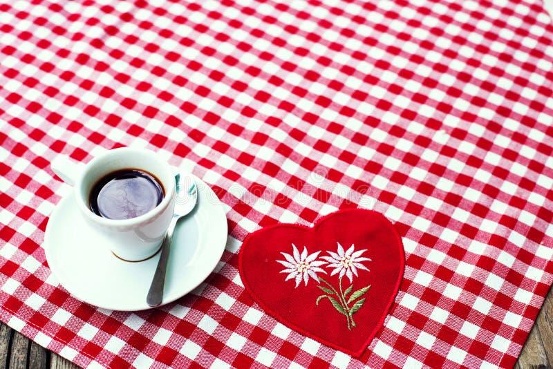 Eine Schale schwarzer Kaffee auf einem karierten Tischdeckengewebe lizenzfreie stockfotos