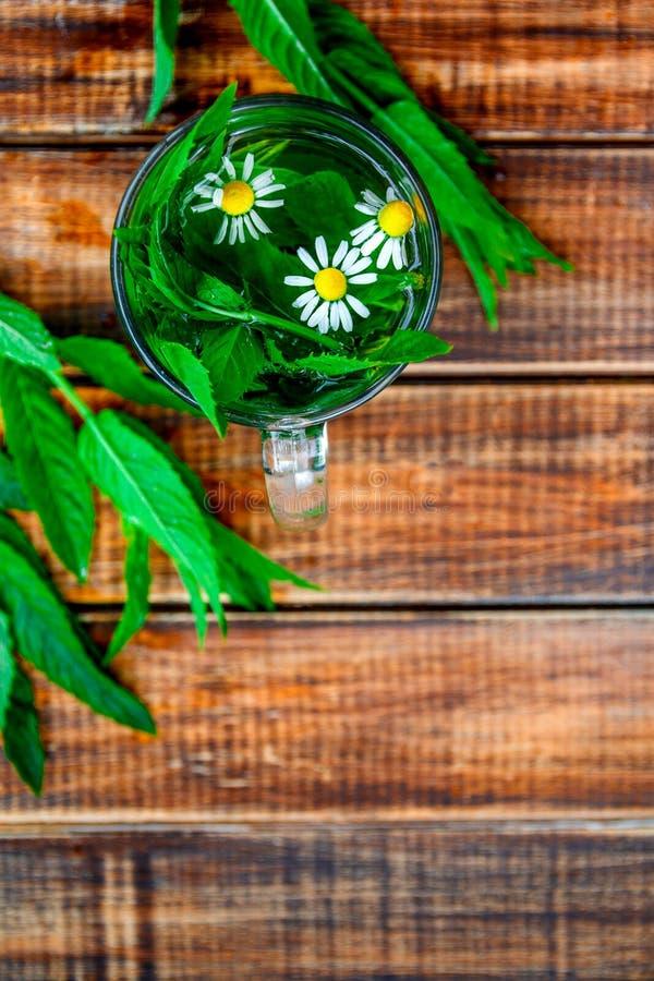 Eine Schale tadelloser Tee mit Kamille lizenzfreie stockfotografie