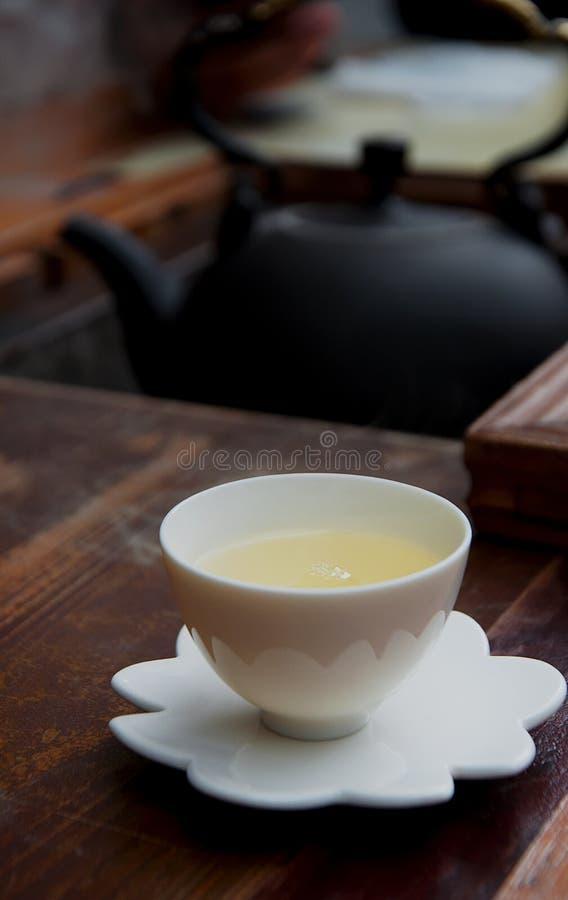 Eine Schale taiwanesischer Tee auf Holztisch stockbild