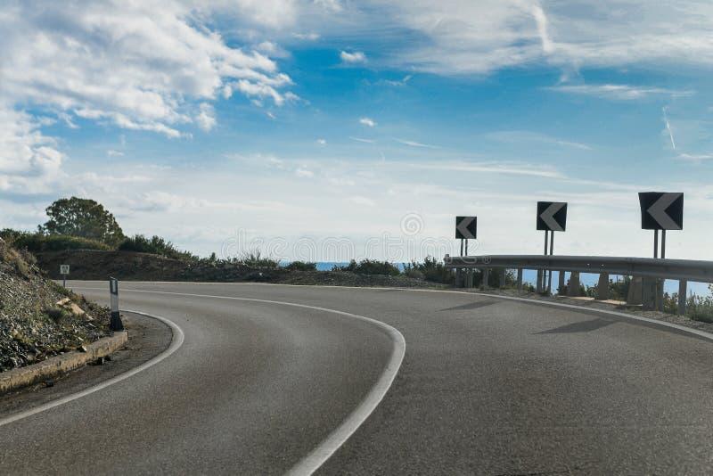 Eine scharfe Kurve auf einer leeren Straße stockfotografie