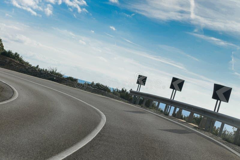 Eine scharfe Kurve auf einer leeren Straße stockfoto