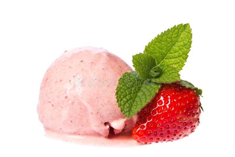Eine Schaufel des Erdbeereises mit der Erdbeere und Minze lokalisiert auf weißem Hintergrund lizenzfreie stockbilder