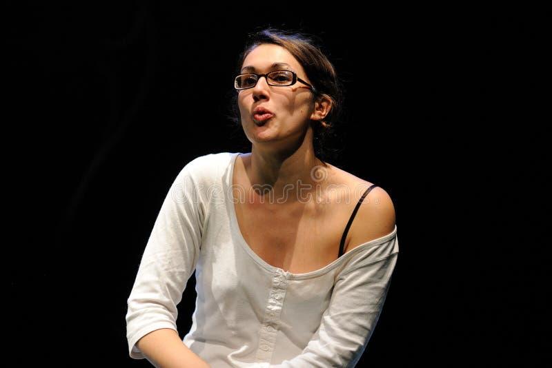 Eine Schauspielerin mit Gläsern des Barcelona-Theater-Instituts stockfotografie