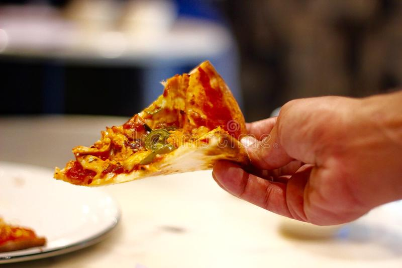 eine Scheibe der Pizza stockbild
