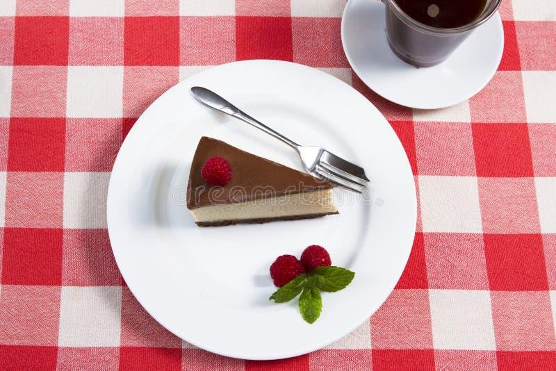 Eine Scheibe des Schokoladenkäsekuchens lizenzfreies stockfoto