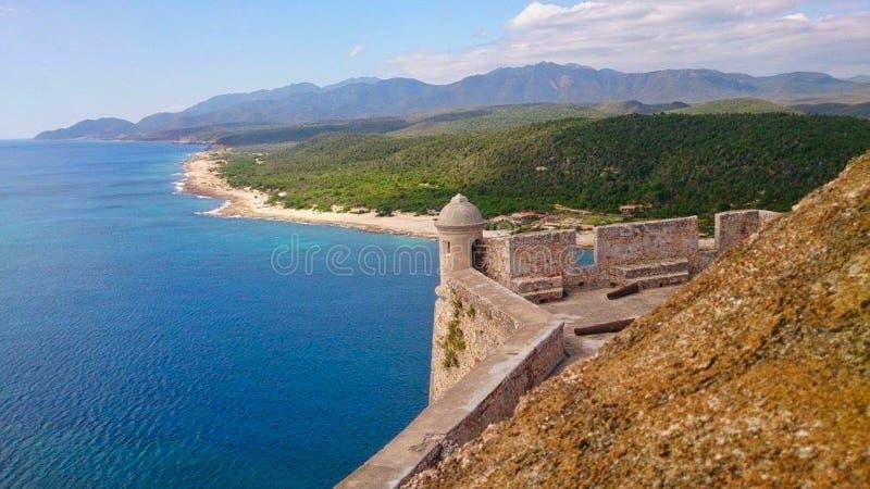 eine Schlosswand auf der Küstenlinie lizenzfreies stockbild
