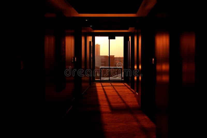 Eine schmale Halle stockfotos